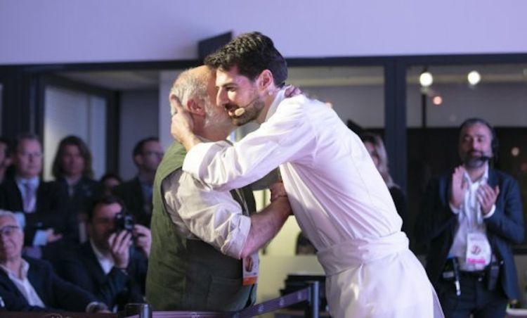 Un abbraccio tra Corrado Assenza e Massimiliano Alajmo a Identità Golose 2019 a Milano