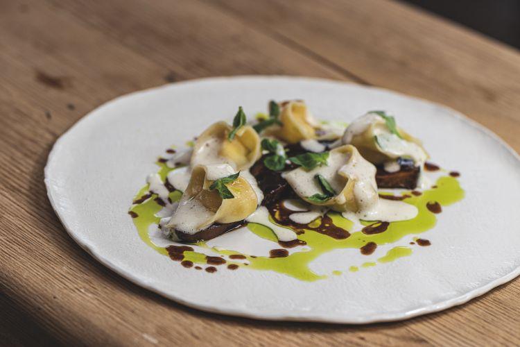 Parmigiano Reggiano 40 mesi, lingua, vitello, basilico e olio, del ristorante Bergerut in Austria
