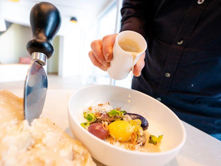 Parmigiano Reggiano 40 mesi, burro nocciola, patate rare, salsefrica viola, scalogno e cavoletti di Bruxelles, del ristorante Mesnerhaus in Austria