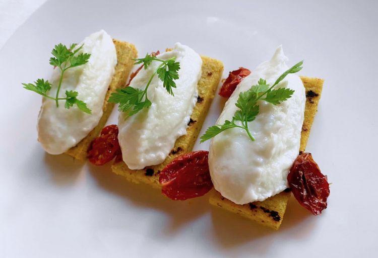 Baccalà mantecato, polentina e pomodorini confit