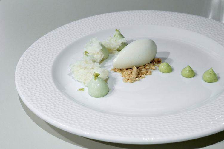 Vegetale: crema al sedano, crema ai piselli, spugna alle mandorle, gelato alla lavanda e mandorle, mandorle salate