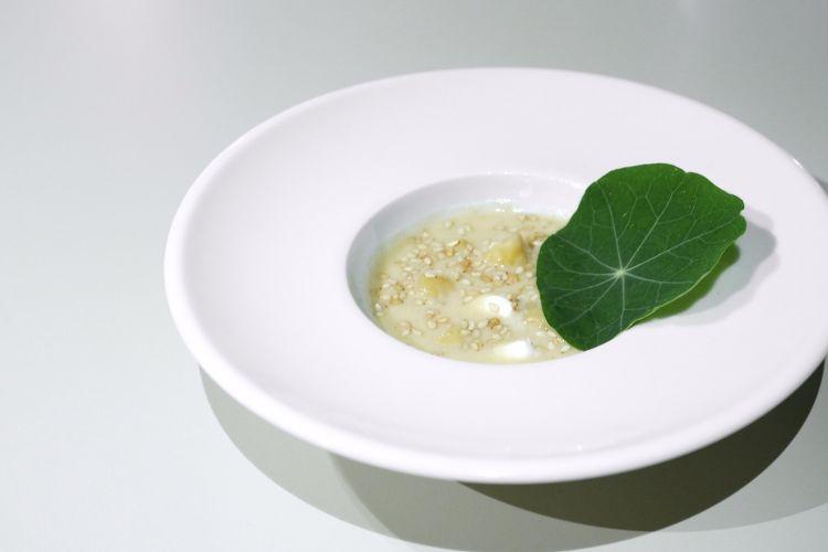 Hummus con panna acida, senape e nasturzio