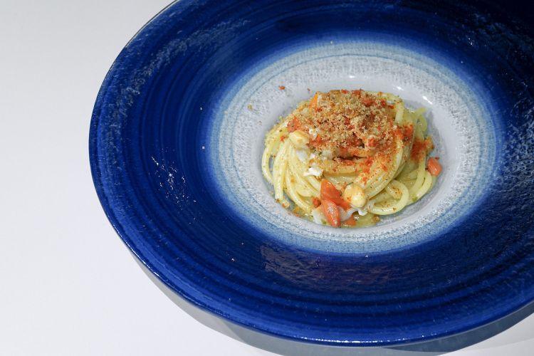 Spaghetto con lardo di suino nero dei Nebrodi, fasolari, acqua di pomodoro e mollica atturrata. Comfort food di qualità