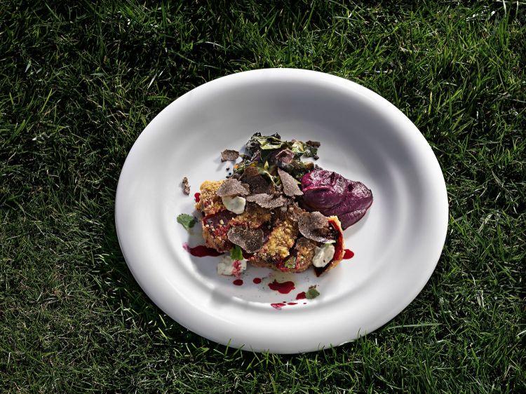 Barbabietola travestita da petto di piccione, con radicchi amari, tartufo nero e crema di mandorle alle erbe