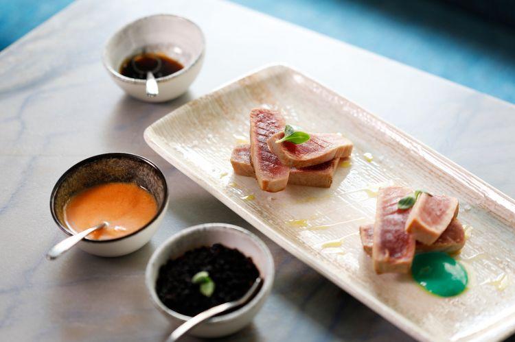 Tataki di tonno, salsa teriyaki, maionese al wasabi, verdure di stagione e salsa mediterranea