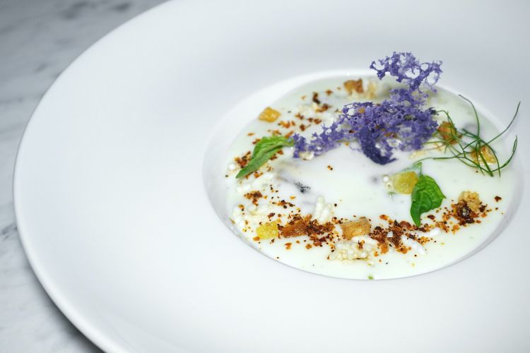 Cozze riso e patate: una zuppa di cozze con crostini, spuma di patate, riso soffiato, patate viola e polvere di pomodoro. Le foto dei piatti sono diTanio Liotta