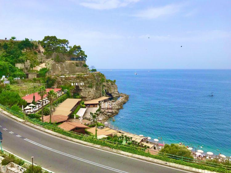 Il Bikini visto dall'alto: là dove ora c'è il ristorante sorgeranno 14 stanze per l'ospitalità. E giù in fondo, s'intravvede una vasca sperimentale per le prime prove dell'orto di mare