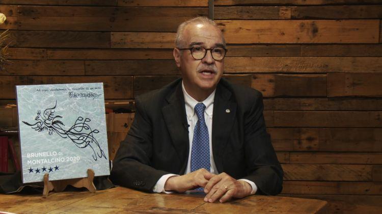 Il presidente Fabrizio Bindocci con la formella celebrativa dell'annata 2020