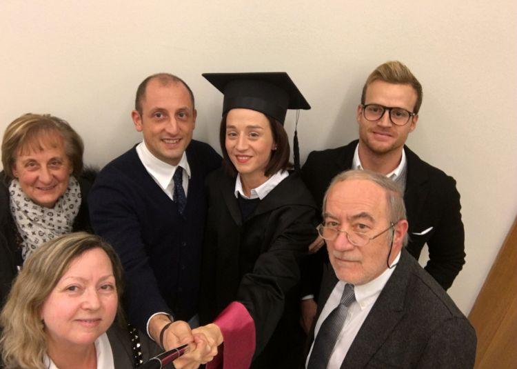 Il percorso accademico di Eleonora Galimberti passa da una laurea in Comunicazione d'Impresa e Pubbliche Relazioni seguita da un Master in Food & Beverage management in SDA Bocconi.