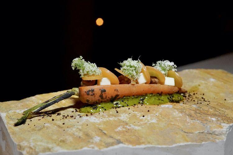 Carota: carota fermentata, pralinato al pistacchio, robiola affumicata