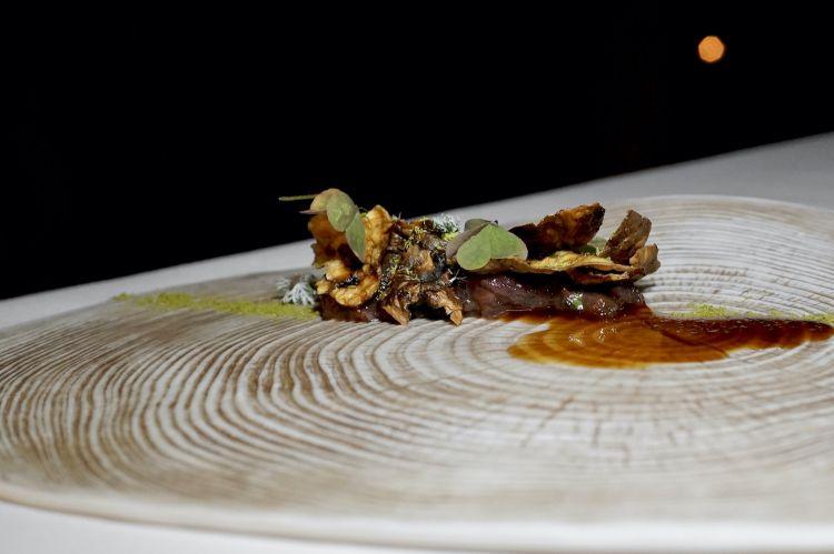 Cervo: carne cruda di fusone, foglie di topinambur soffiate, riduzione di cervo