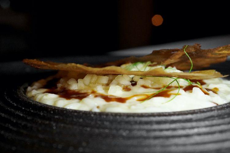 Risotto Acquerello: risotto con stracotto di maiale, brunoise di mela, chips di cipolla bruciata