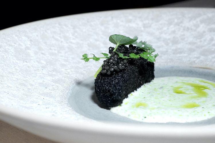 Ricciola e plancton: un pane al nero con caviale, nasturzio, pimpinella e salsa al plancton...