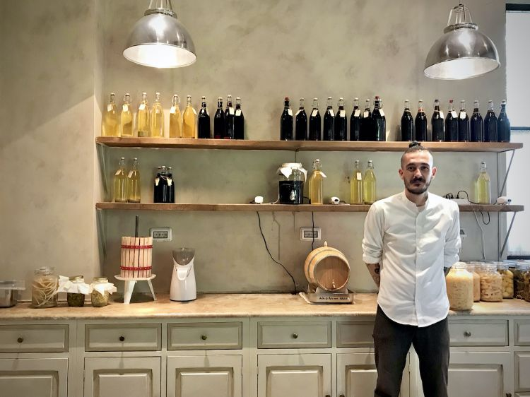 Lo chef Giovanni Di Giorgio nel laboratorio di fermentazione (foto Tanio Liotta)