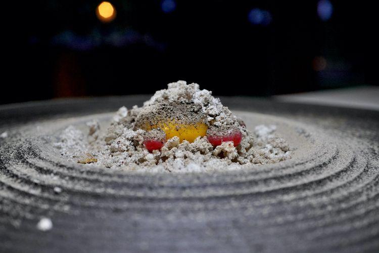 Uovo di Borgo: uovo con crema di cipolla, gel di ribes, cenere di quercia