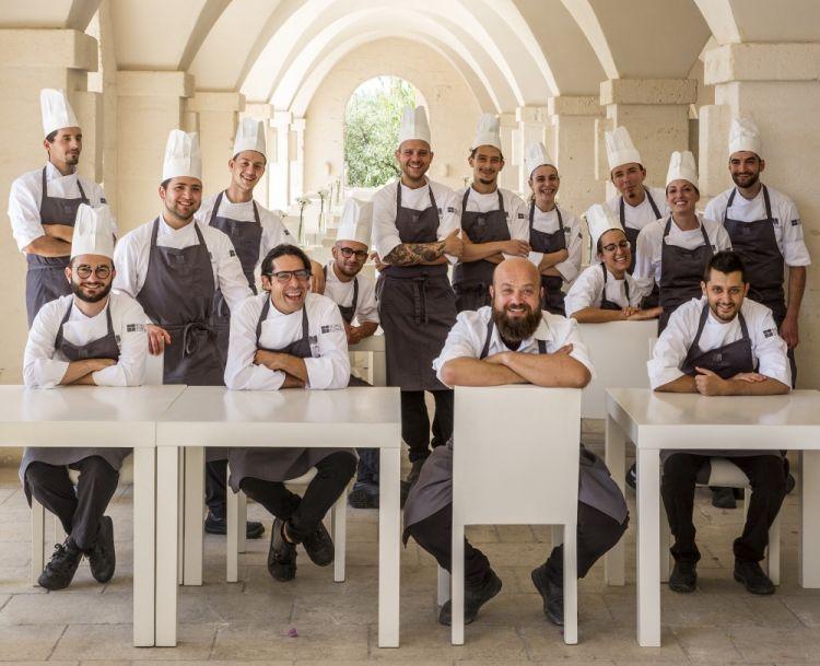 Schingaro con la brigata di cucina del Due Camini (foto di Giorgio Baroni)