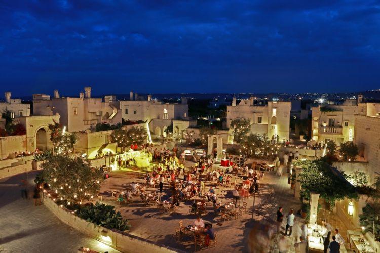 Una veduta serale della Piazza di Borgo Egnazia (foto di Gianluca Palasciano)