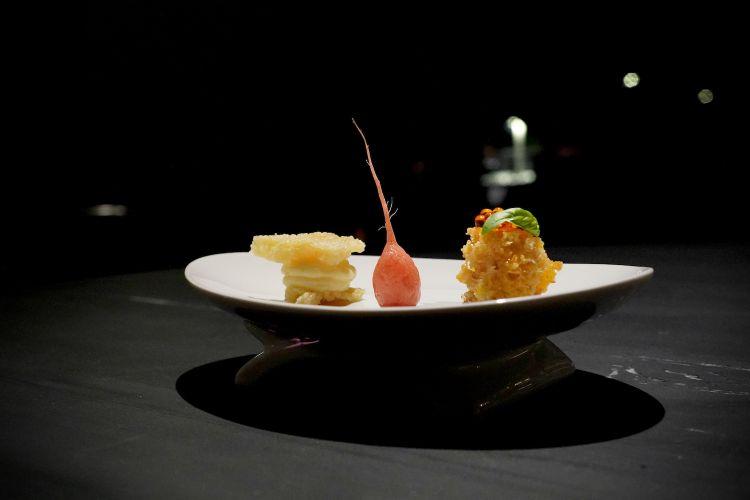 Appetizer: Grana padano in due consistenze, biscotto croccante e crema; Ravanello in carpione con lavanda e Moscato; Pane bagnato con colatura di bruschetta e perle di peperoncino