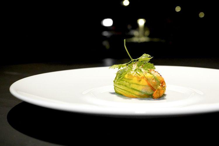 Qui fiore di zucchina farcito con seirass e robiola di Roccaverano e spolverato di grana padano al cannello
