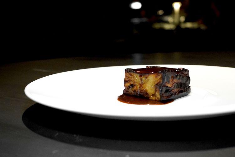 Melanzana:il carpaccio, la parmigiana e lo stufato. Qui il primo servizio: bistecca di melanzana, jus di verdure