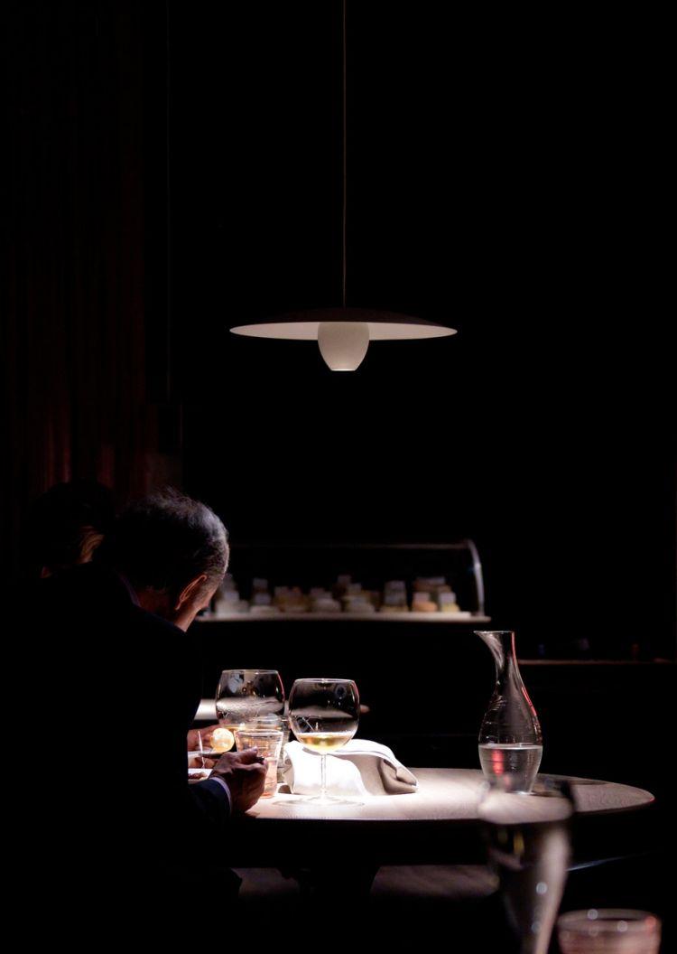 La lampada a sospensioneOvonelpiatto, ossia il primo approccio di Groppi alla luce nella ristorazione, a Le Calandre, nel 2010. Il disegno è degli stessi Massimiliano e Raffaele Alajmo