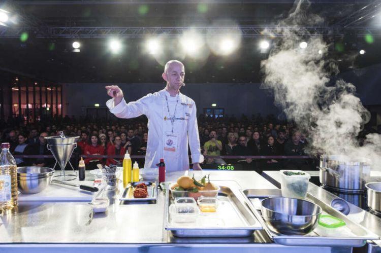 Riccardo Camanini sul palco di Identità Golose, edizione pre-pandemia del 2019