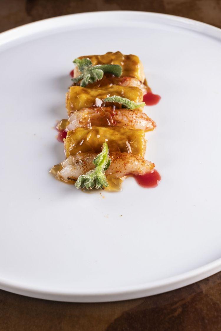 Cannoli di pollo glassati alla diavola con scampi e ribes