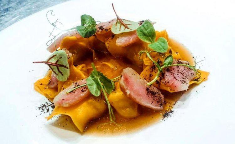 Cappelletti di patate arrosto,essenza di coniglio arrosto e crudo di coniglio marinato, lime nero ed erba oliva