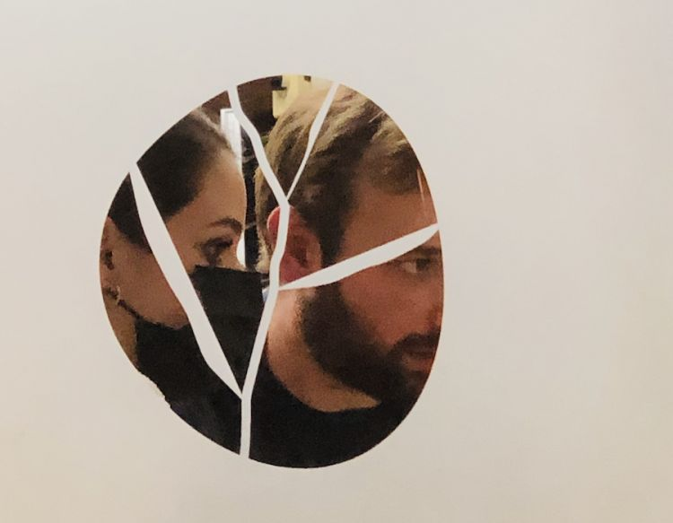 Alice Vannicola e Carlo Sebastiani dietro la porta che divide la sala dalla cucina del ristorante da Sebastiani a Ortezzano nella Marche