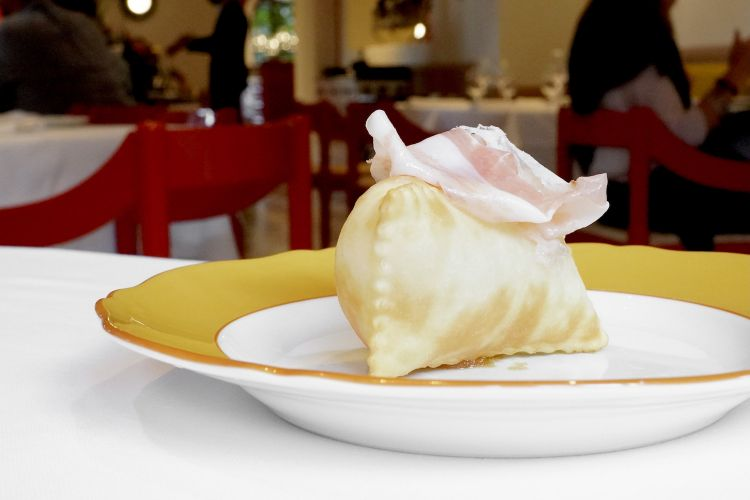 Gnocco fritto, pancetta, mostarda di mela. La pancetta èdel prosciuttificio Leonardidi Marano sul Panaro (Modena)