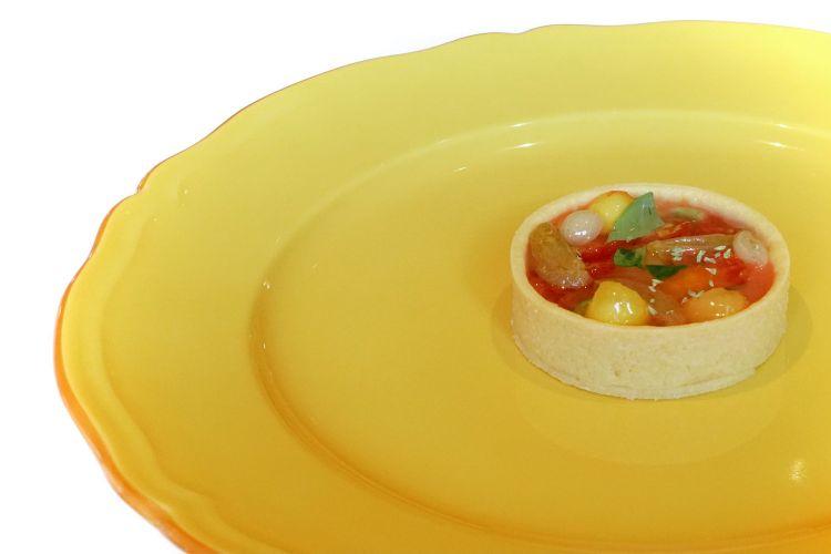 Eccezionale questaTartelletta alla frutta: tartelletta di pasta sablé salata, gazpacho di pesche fermentate, pomodorini vari, basilico, gel di acqua di pomodoro. Intermezzo pazzesco