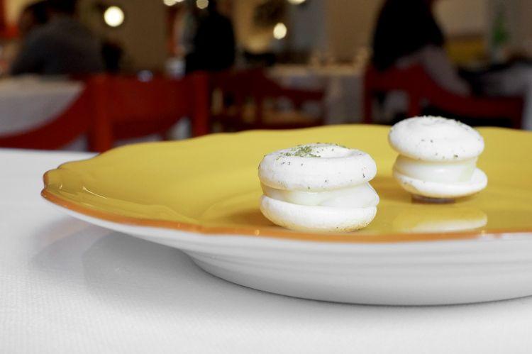 E la tigella si trasforma in macarons al rosmarino con purea di lardo, Parmigiano Reggiano e limone salato