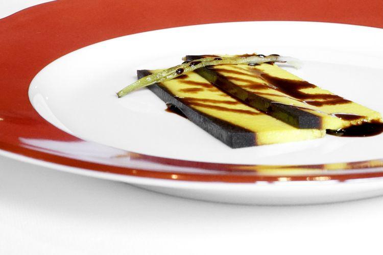 Crème Caramel al Parmigiano Reggiano. Ma quale Francia! È una frittata al Parmigiano Reggiano 36 mesi, con una riduzione di cipolle tostate (al posto del caramello) e aceto balsamico tradizionale. Buonissimo