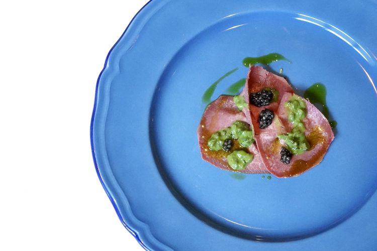 Carpaccio di lingua: lingua salmistrata, lumache, prezzemolo, aglio dolce, senape e caviale. Eccellente