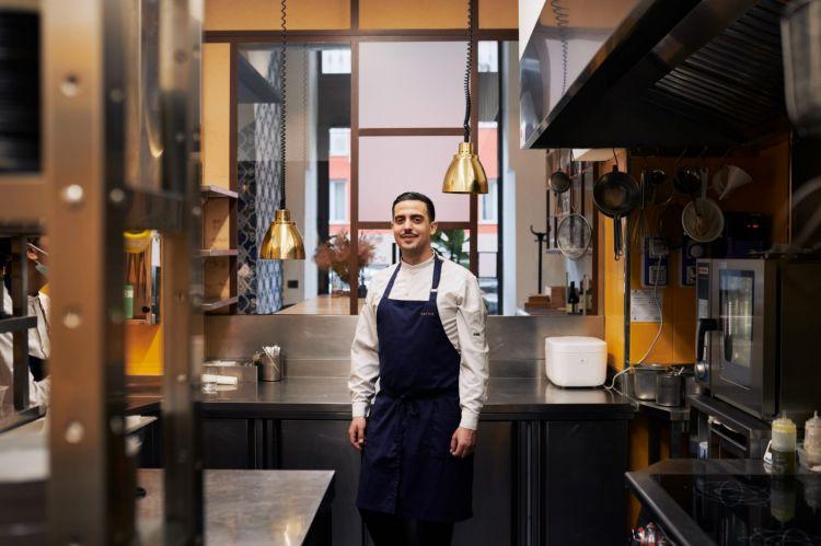 Il nuovo chef del ristorante Serica è Nicola Bonora, classe 1990, origini sarde, precisamente diTorre Grande in provincia di Oristano