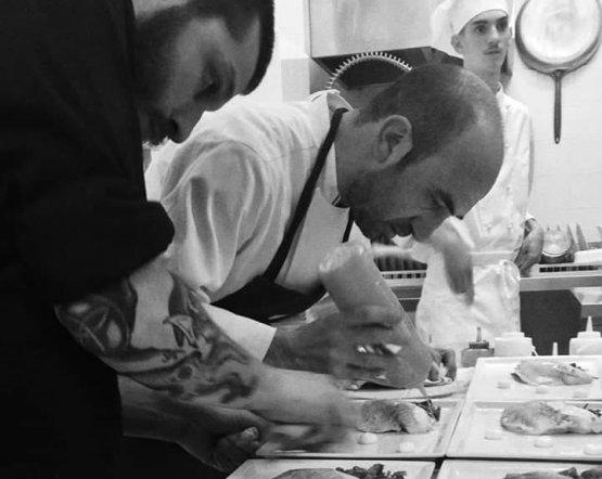 Francesco d'Angelo (a sinistra) conil sous chef Carlo Matta, ristoranteEssenzaaSan Vito Chietino (Chieti)