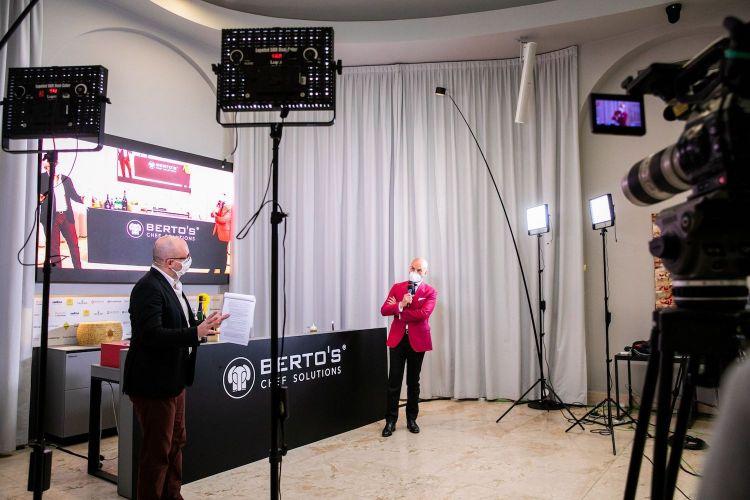 Danilo Guerrini intervistato da Carlo Passera durante la registrazione della masterclass con i membri Relais & Châteaux Trovato, Negrini e Pisani