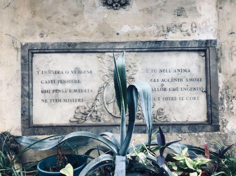I versi dedicatI alla Vergine Maria di fronte all'ingresso della Ciambella a Roma