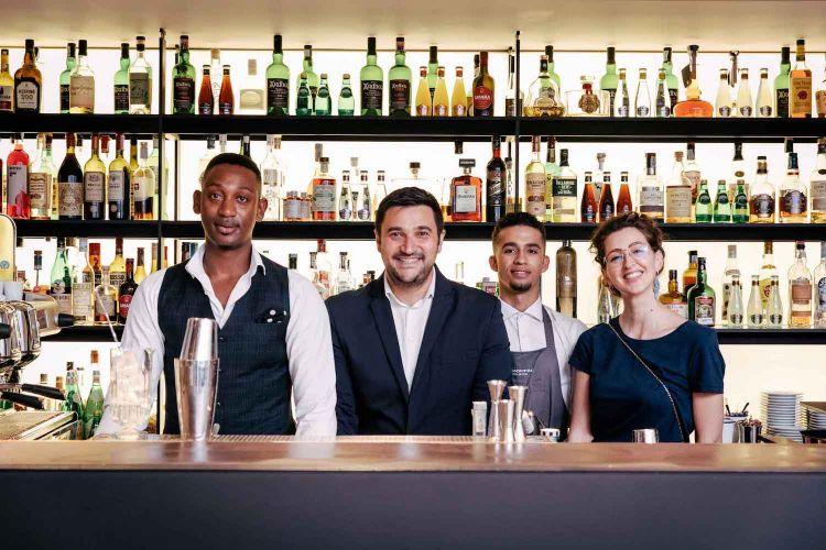 Mattia Pastori, secondo da sinistra (e al lavoro nelle foto sotto) con il suo staff