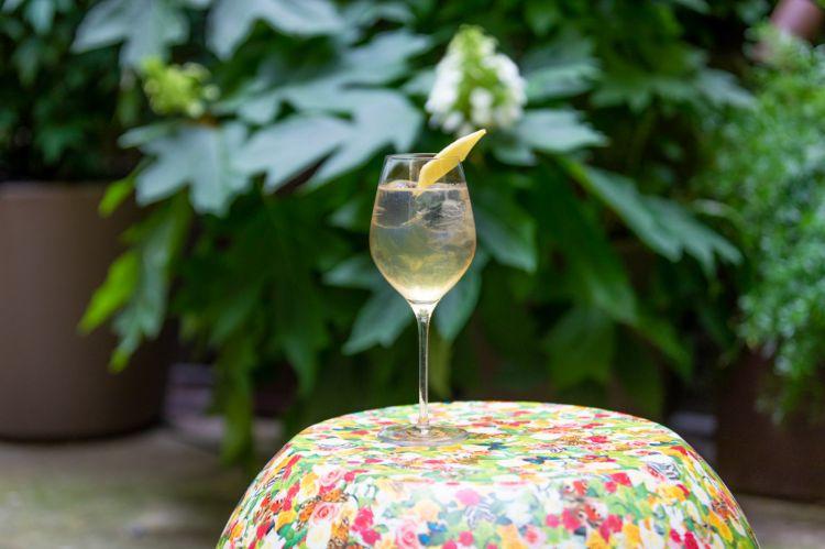 Vesper Moderno:Belvedere Vodka, Elephant Gin, Amaro Bonaventura Erbe e Fiori, succo di limone fresco, sciroppo di fiori di sambuco, Tonica Rovere Sanpellegrino