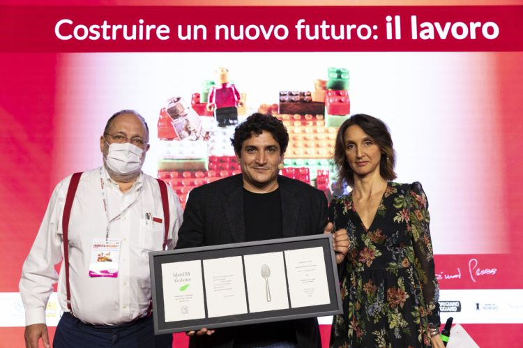 ChefMauro Colagrecowith Paolo Marchiand Giovanna Abrami,awarded with the iconic plaque from Identità Milano 2021