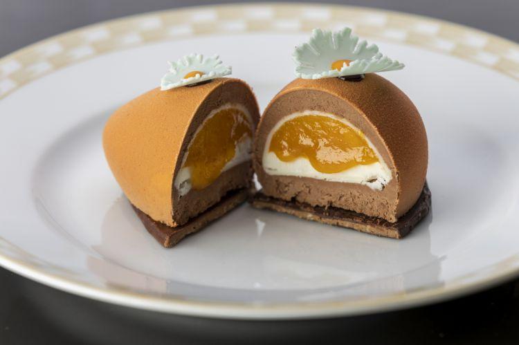 Uovo arancione o Malindi con mousse al cioccolato fondente caramellato Caranoa 55% Valrhona, cuore di mango profumato al lime, panna cotta allo yogurt e pralinato al cocco e mandorla