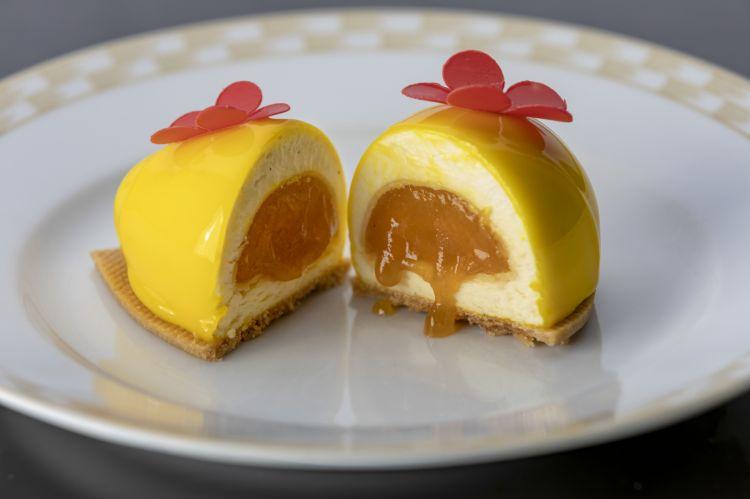 Uovo giallo o Mamma mia con mousse al mascarpone, cuore di passion fruit e bergamotto, mandorle croccanti e frolla alle mandorle