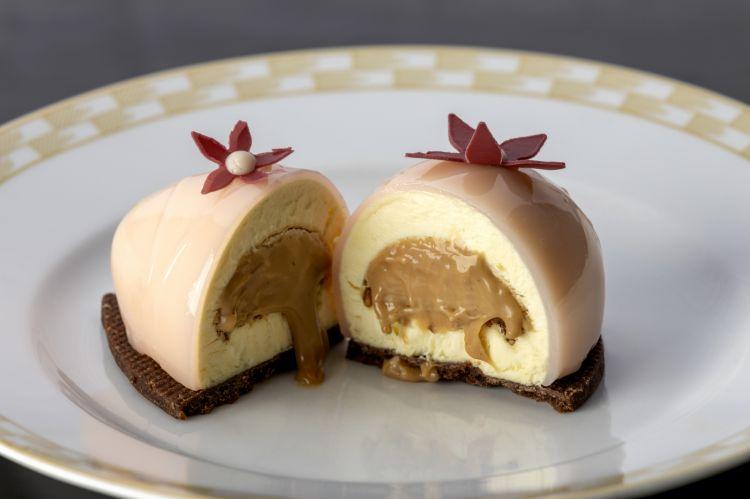Uovo rosa o Gracé con mousse al maracuja, cuore di cremoso al caramello e nocciola, nocciole pralinate e frolla al cacao