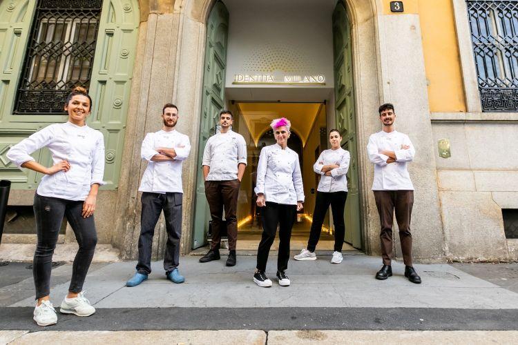 Bowerman & brigata davanti all'entrata del primo hub internazionale della gastronomia, in via Romagnosi 3 a Milano