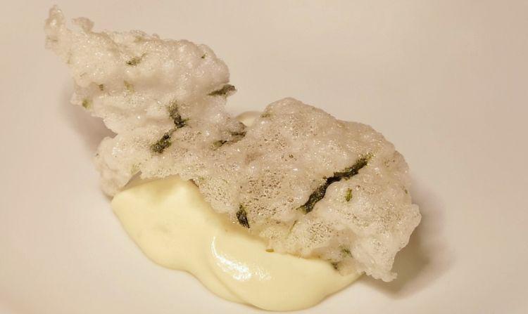 Croccante di tapioca con ostrica, merluzzo affumicato, spuma di patate al wasabi e cetriolo fermentato