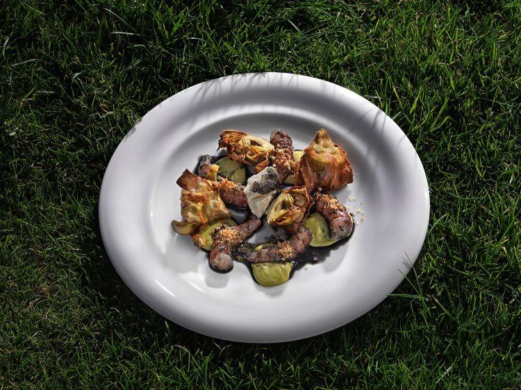 Crudo di gamberi rossi al carbone con carciofi fritti e salsa al pistacchio