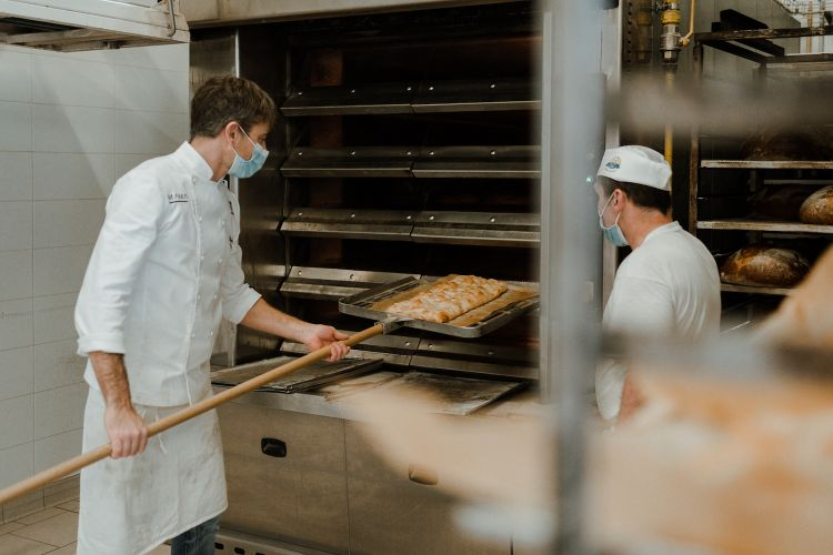 Davide Quaglia alle prese con le precotture della pizza