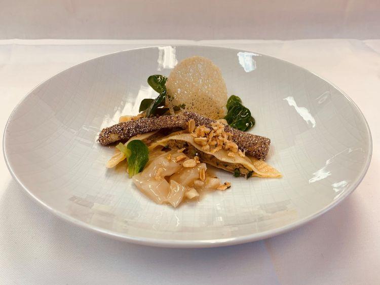 Parmigiano Reggiano 40 mesi, porcini, maultaschen, salsefrica, faggiole e lattuga d'agnello, del ristorante Berlin in Germania