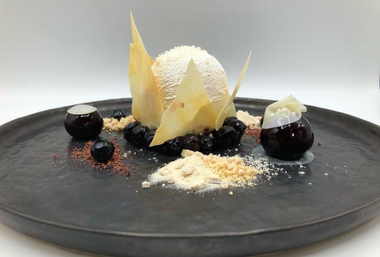 Parmigiano Reggiano 40 mesi, cioccolato e mirtilli, del ristorante Blauer Engel in Germania